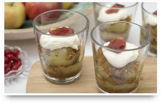 Appelgebak van appelcompote, beschuit/amandelkruimel, slagroom en gelei van rode bessen