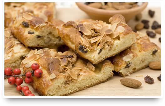 Gebak met zoete vulling, noten, amandelen en rozijnen